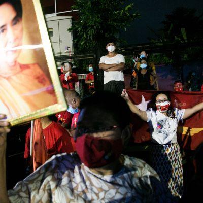 NLD-puolueen kannattajat juhlivat vaalivoittoa.