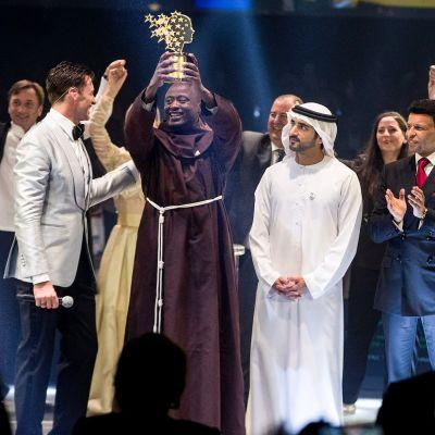 Peter Tabichi är franciskanmunk och var klädd i Franciskanordens kåpa då han tog emot sitt pris på en gala i Dubaipå söndagen.