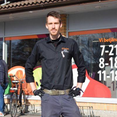 Köpman Axel Eriksson utanför sin butik i Dalsbruk.