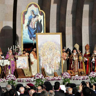 Armenian Apostolisen kirkon suuri kanonisointitapahtuma Armenian Jerevanissa. Vuoden 1915 kansanmurhan uhrit julistettiin pyhimyksiksi.