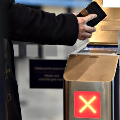 Matkalippujen tarkastus Helsinki-Vantaan lentoasemalla Vantaalla 17. maaliskuuta 2017.