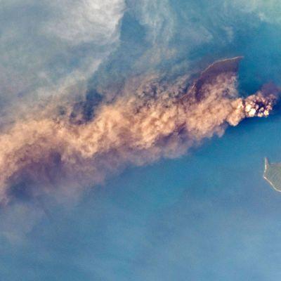 Astronautti Alex Gerstin ottama kuva Anak Krakatau -tulivuoren purkauksesta 24. syyskuuta.