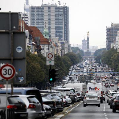 Autojen täyttämä Bismarckstrasse Berliinissä.