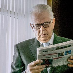 Karaktären Benedikt läser en tidning i serien Case.