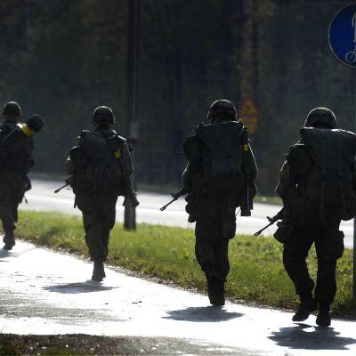 Varusmiehiä maavoimien vuoden suurimmassa reservin kertausharjoituksessa WANAJA14, Parolannummen panssariprikaatissa. 9. lokakuuta 2014.