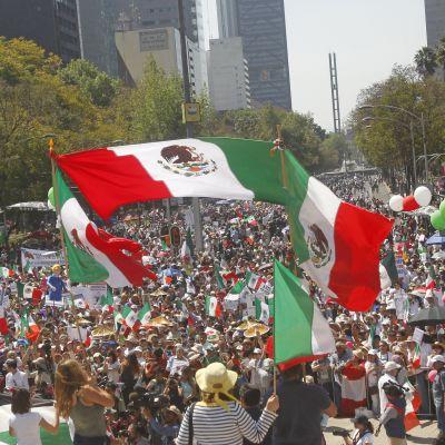 Meksikon pääkaupungissa Mexico Cityssa tuhannet mielenosoittajat osallistuivat marssille, jossa nähtiin niin Yhdysvaltain presidentin kuin Meksikon presidentinkin vastaisia mielenilmauksia. Kuvassa ihmismeri heiluttaa Meksikon lippuja ja ilmapalloja.