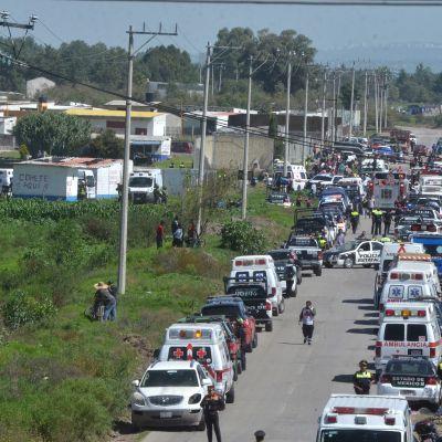 Hälytysajoneuvoja ja pelastusviranomaisia työssään Tultepecissä, Mexicossa.