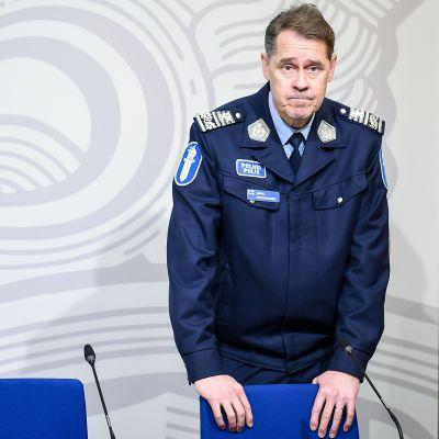 Poliisiylijohtaja Seppo Kolehmainen kommentoi epäiltyjä bussihyökkäyksiä