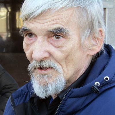 Juri Dmitrijev Petroiskoin oikeustalon edessä keväällä 2018.