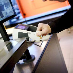 En man använder kontaktlös betalning.