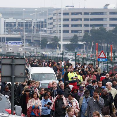 Ihmisiä ohjataan pois Brysselin lentokentältä, jossa tapahtui kaksi räjähdystä tiistaiaamuna 22. maaliskuuta.