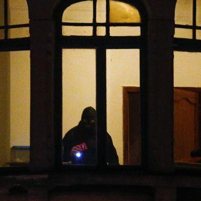 Poliisi tutki asuntoa Schaerbeekissa, Brysselissä, tiistaina 22. maaliskuuta.