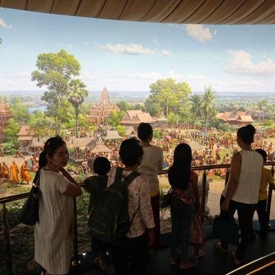 Museovieraita panoramamaalauksen äärellä.