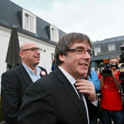 Erotettu katalaanijohtaja Carles Puigdemont avasi vaalikampanjansa Oostkampin pikkukaupungissa Belgian Flanderissa 25. marraskuuta.