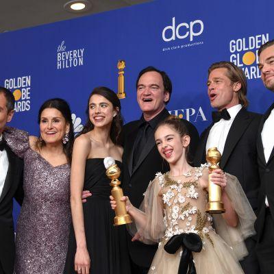 Parhaan musikaali- tai komediaelokuvan palkinnon sai elokuva Once Upon a Time in Hollywood. Kuvassa vasemmalta David Heyman, Shannon McIntosh, Margaret Qualley, Quentin Tarantino, Julia Butters, Brad Pitt, ja Leonardo DiCaprio.