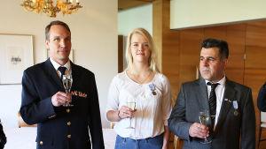 Ali Rezgi och Anna-Sofia Airo fpremierades med presidentens livräddningsmedalj.