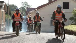 Mopedklubben racerborg kör längs med ekenäs gator