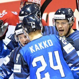 Finland jublar efter mål mot Danmark. VM 2019