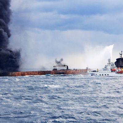 Kiinalaiset pelastustyöntekijät sammuttavat palavaa iranilaisalusta Itä-Kiinan merellä.