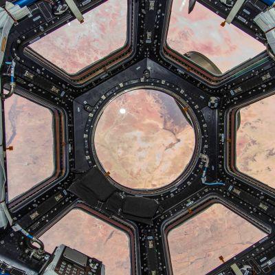 Astronauttien lepokapselin ikkunanäkymä.