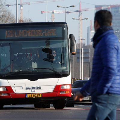 Linja-auto kurvaa keskellä kaupunkia Luxemburgissa.