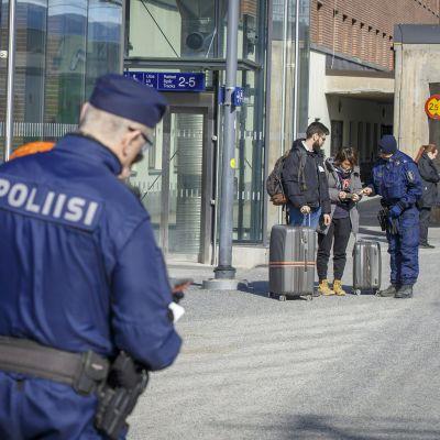 Poliisit tarkastavat junamatkustajien matkustusasiakirjoja