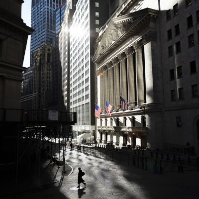 Aurinko paistaa Wall Streetilla New Yorkissa.