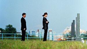 Kuvassa etsivä Lau Kin Ming (Andy Lau) ja Dr. Lee Sum Yee (Kelly Chen)
