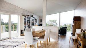Sparsamt möblerat rum på Villa Havsvidden