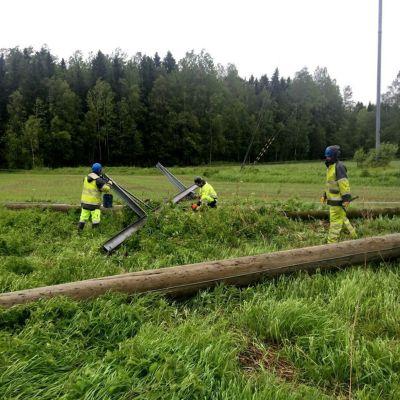 Herrfors anställda reparerar det som en omkullblåst elstolpe orsakade i Oravais
