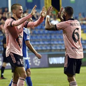 Roope Riski och Jair firar mål.