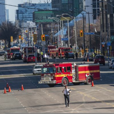 Hälytysajoneuvoja Torontossa joukkoyliajon jälkeen.