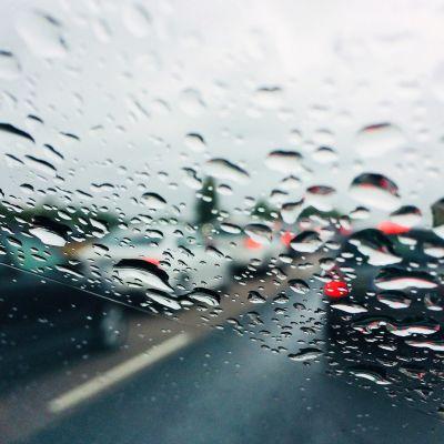 Juhannusruuhka sateisella moottoritiellä.