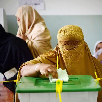 Pakistanilaiset äänestävät parlamenttivaaleissa Pehawarissa.