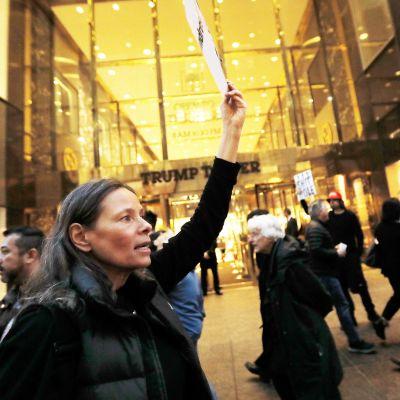 Presidentti Donald Trumpin vastainen mielenosoitus New Yourkin Trump Towerin sisäänkäynnin edustalla.