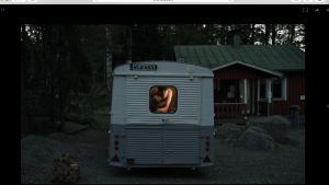 Kasper Strömman inne i husbilen