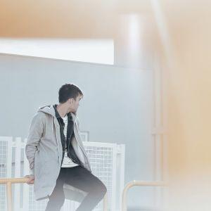 nuori mies istuu kaiteella