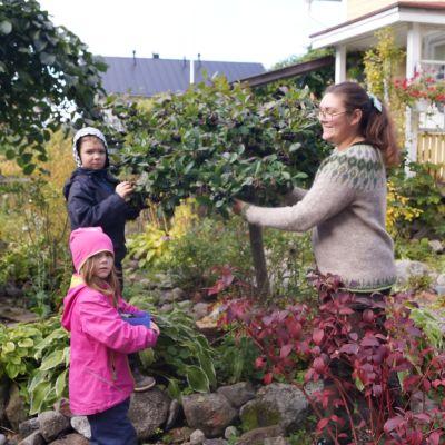 Sandra Neuman med barnen Milea och Leon.