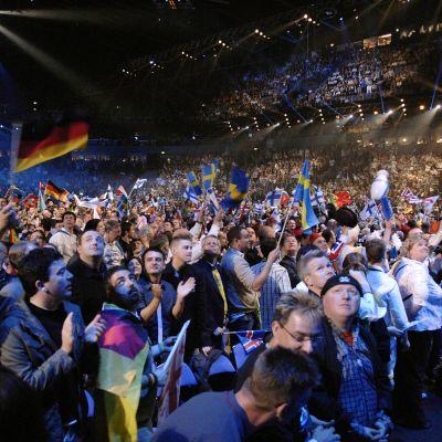 Maiden liput liehuvat Euroviisukisoissa näkyvästi.