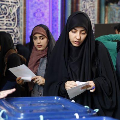Iranilaisia äänestämässä.