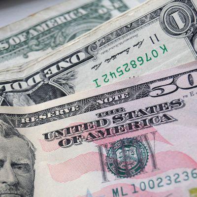dollareita läjässä