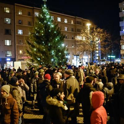 Demonstranter på Tölö torg på Finlands självständighetsdag.