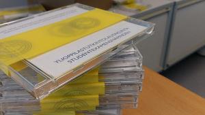 Ylioppilastutkintolautakunnan yo-kuunteluiden cd-levyjä.