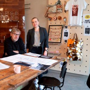 Beni Edström och Elin Härmälä ser på skisser över hur Storgatan 4 kan se ut i framtiden.