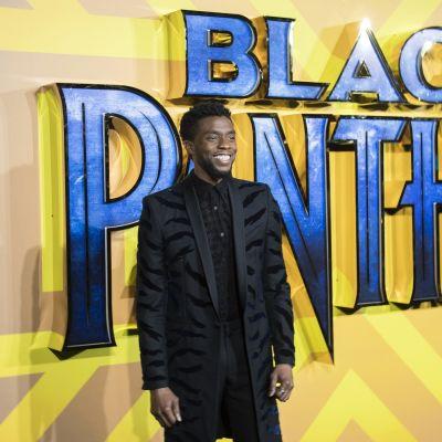 Chadwick Boseman esittää supersankari Mustaa pantteria.