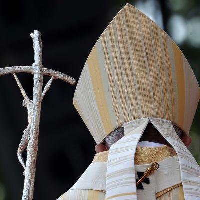 Paavi takaapäin kuvattuna.