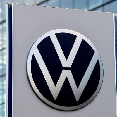 Autovalmistaja Volkswagenin logo kyltissä toimiston edustalla.