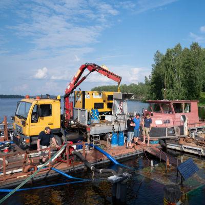 Mikkelin Anttolan satamassa uponnutta Loviisa-laivaa nostettiin sunnuntaina vedestä ylös usean pumpun avulla.
