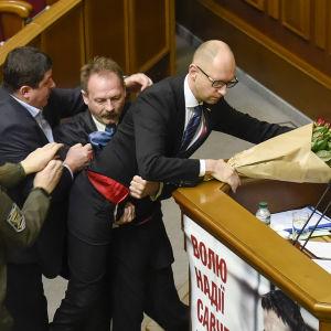 Ukrainsk parlamentariker lyfter bort premiärminister Jatsenjuk från talarpodiet 11 december 2015