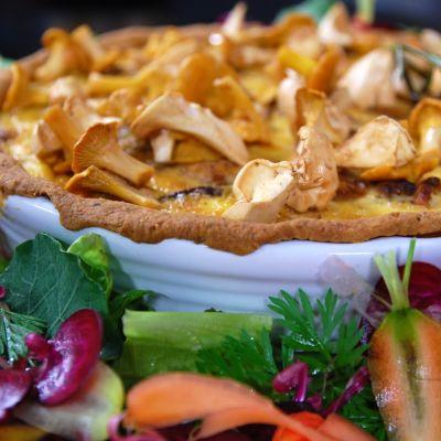 Svamppaj toppad med blandsvamp och kantarell samt grönsallad ikring